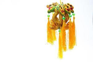 um ambientador de dragão chinês em um fundo branco