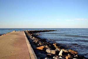 espora na praia para conter o mar azul