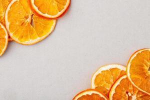 vista de cima de laranjas secas foto