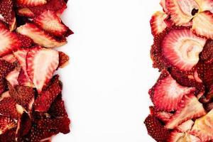 vista superior de fatias de morango secas em um fundo branco