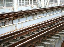 trilhos de trem em uma ponte