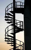 escada em espiral ao pôr do sol foto