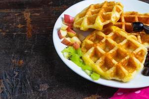 waffles deliciosos em um prato na mesa foto