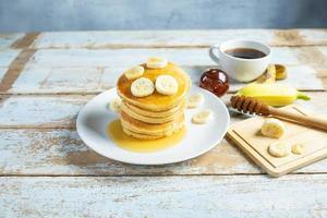 panquecas de banana com café foto