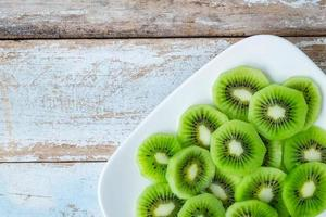 kiwi verde no prato foto
