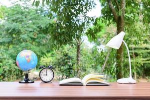 mesa de escritório com fundo natural