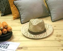 chapéu na mesa