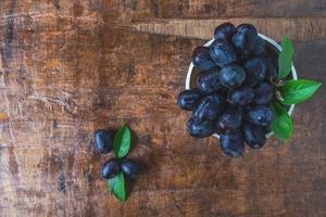 vista superior de uvas pretas foto