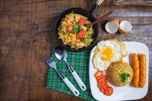 café da manhã em uma mesa de madeira
