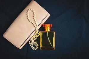 frascos de perfume e bolsas femininas com belas joias
