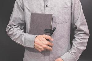 mão segurando um livro