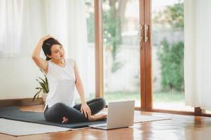 mulher fazendo ioga virtual foto