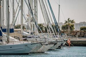 alicante, espanha, 2020 - barco a vela branco no mar durante o dia