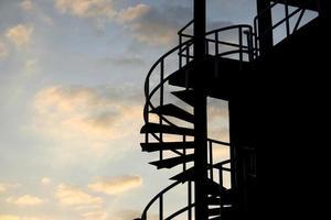 silhueta de escadas ao pôr do sol foto