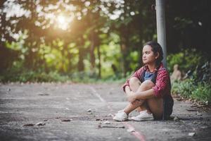 menina triste sentada em um parque