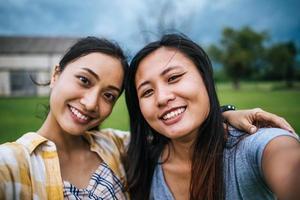dois adolescentes olhando para a câmera fazendo uma selfie foto