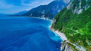 montanhas verdes e água azul