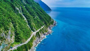 estrada ao longo de um penhasco à beira-mar foto