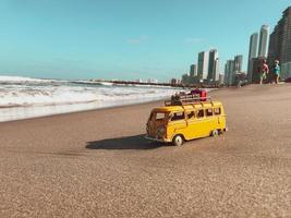 cartagena, colômbia, 2020 - ônibus de brinquedo na praia
