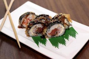 rolinhos de sushi com sementes de gergelim