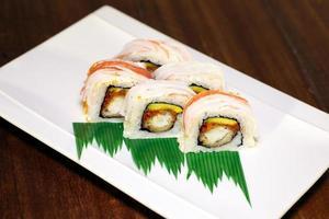 rolos de sushi no prato