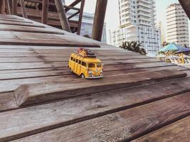 cartagena, colômbia, 2020 - ônibus em miniatura em um cais