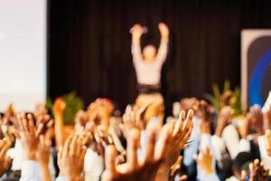 pessoas levantando as mãos