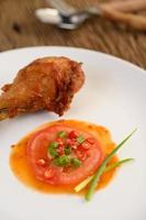 pernas de frango frito com molho e vegetais