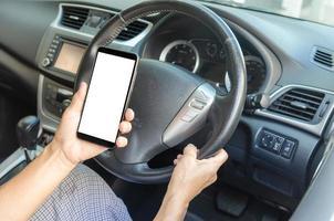 mão segurando um telefone celular no carro foto