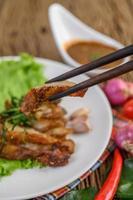 Pescoço de porco grelhado em uma mesa de madeira foto