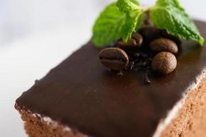 Bolo de chocolate com grãos de café em uma superfície de madeira