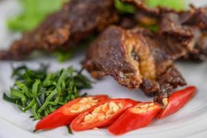 carne comida tailandesa frita com cebolinha, limão, pimenta e salada