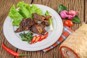 carne frita comida tailandesa na mesa de madeira