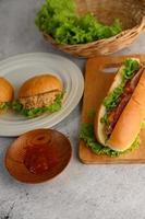 hambúrgueres e cachorro-quente com alface e molho de tomate foto