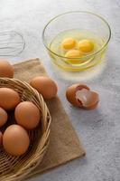 ovos com gema e óleo para cozinhar uma refeição foto