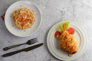 apetitoso pão de amêndoa e croissant foto
