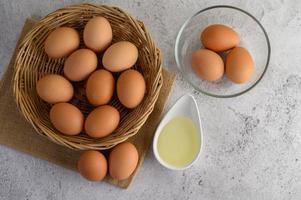 ovos e óleo para assar foto