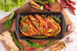 camarão chu-chi em prato com sementes de pimenta fresca foto
