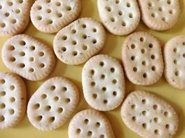 biscoitos em um fundo amarelo claro foto