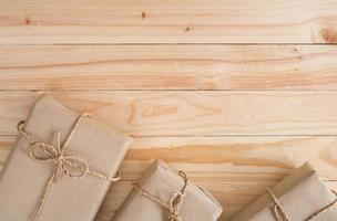 três pacotes embrulhados em marrom
