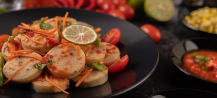 Salada de linguiça de porco vietnamita com pimenta, limão, alho e tomate foto
