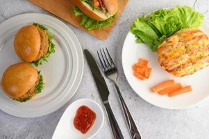 aperitivos com hambúrgueres e pão de salsicha foto