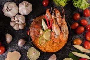 tom yum com camarão e caranguejo e limão, pimenta, tomate e alho foto