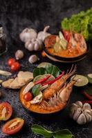 sopa tom yum kung com tomate, pimenta, capim-limão, alho, limão e kaffir foto