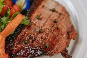 bife de porco com tomate, cenoura, cebola roxa, hortelã-pimenta, ervilha-borboleta e limão foto