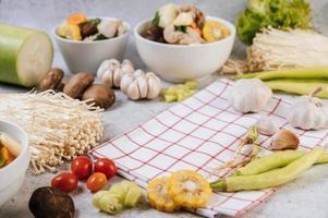 ingredientes da sopa, incluindo milho, cogumelos shiitake, tomates, pimenta e alho foto