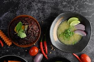 bagas roxas de arroz com abóbora e folhas de hortelã em uma tigela e sopa foto