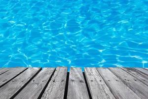 mesa de madeira para exposição com piscina