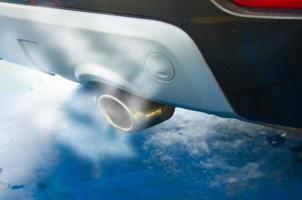 fumaça de escapamento de carro