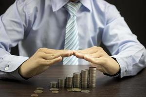 empresário protegendo o conceito de dinheiro foto